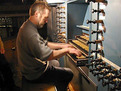 Reidar Hauge spiller på Glogerorgelet i Kongsberg kirke. Foto: Astrid Randen.