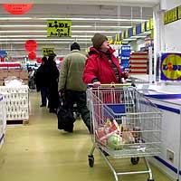 Inne i butikken er det lagt vekt på det sparsommelige, både på mat og interiør. Foto: NRK