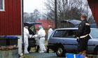 De døde bæres ut av huset i Sveio. Foto: SCANPIX / Alf Ove Hansen