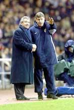 Terry Venables og Brian Kidd diskuterer taktikk under kampen mot Sunderland 2. juledag 2002. Leeds vant 2-1. (Foto: Gary M. Prior/Getty Images)