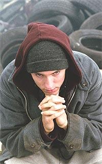 """Eminem har fått knallkritikker for sin halvbiografiske rolle som rapperen Bunny Rabbit i """"8 Mile"""". Noen mener sågar han fortjener en Oscar-nominasjon for rollen. Foto: UIP / SCANPIX."""