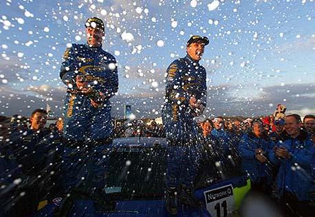 """""""Alle"""" vil ha tak i Petter Solberg etter seieren i Wales. (Foto: Subaru World Rally Team)"""