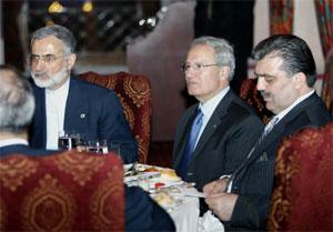 Frå møtet i Istanbul. Frå høgre Tyrkias statsminister Abdullah Gul, Syrias utanriksminister Farouq al-Shara og Irans utanriksminister Kamal Kharrazi. (Foto: Reuters)