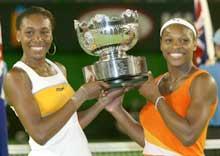 Venus og Serena Williams strålte om kapp med pokalen: (Foto: David Gray/reuters)
