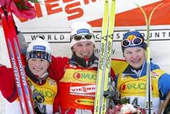 Hilde Gjermundshaug Pedersen, Bente Skari og Kajsa Varis på pallen etter rennet. (Foto: Tobias Schwarz/reuters)