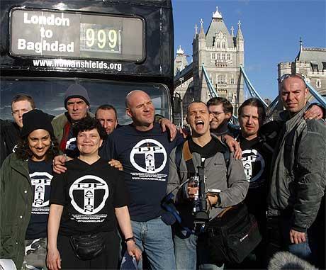 En gruppe mennesker som frivillig utsetter seg for eventuelle bomber over Bagdad, forlot London i dag. (REUTERS/Michael Crabtree)