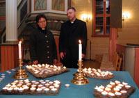 Kapellan Valborg Sinnes og sogneprest Reidar Ådnanes under sermonien i Sveio kirke søndag til minne om de fire drepte på Våga. Foto: Alf Ove Hansen/SCANPIX