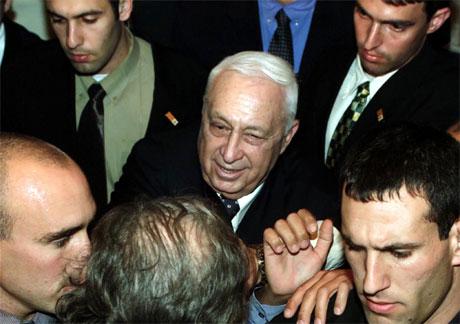 Ariel Sharon saman med livvaktene sine på eit valmøte dagen før valet. (Foto: Ofer Vaknin, Reuters)