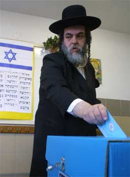 En ultraortodoks jøde avgir stemme i Jerusalem tirsdag. (Foto: Scanpix/Reuters/Magnus Johansson)