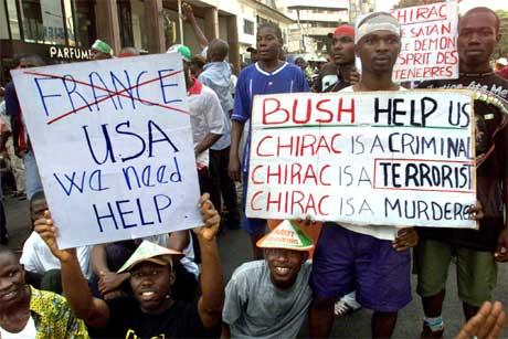 Unge tilhengere av president Laurent Gbagbo bad i dag USA om hjelp mot Frankrike (REUTERS/Luc Gnago)