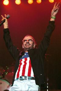 Ringo Starr med sitt All-Starr Band på The Rio Hotel & Casino i Las Vegas i 2001. Nå kommer han med ny stjernespekket skive. Foto: Getty Images.