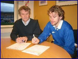 Leiar i MFK, Oddne Hansen, og Arild Stavrum signerer kontrakten tysdag ettermiddag.