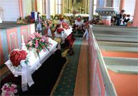Interiør fra Sveio kirkemed kistene til de fire familiemedlemmene under begravelsen tirsdag. Foto: Alf Ove Hansen / SCANPIX