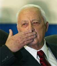 Sharon kaster slengkyss til tilhengerne etter valgseieren (REUTERS/Paul Hanna )