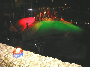 Snøkompassrose lyssatt i sterke farger på rådhusplassen i Molde