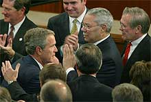 President George W. Bush høstet stor applaus etter sin tale i Kongressen i går – her med utenriksminister Colin Powell og forsvarsminister Donald Rumsfeld. (Foto: Reuters / Larry Downing)