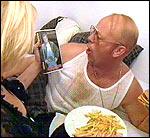 """Godt å være syk når kona kommer hjem med """"Nådeløs purk"""" på video"""