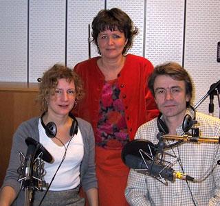 Andrine Sæther, forfatteren Merete Morken Andersen og Lasse Kolsrud i studio under innspillingen.