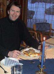 Arbeiderpartiets Erik Kaupang forsynte seg rikelig av maten. Foto: Gunnar Grimstveit.