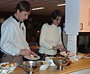 Politikere forsyner seg med maten fra institusjonskjøkkenet. Foto Gunnar Grimstveit.