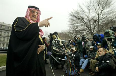 Utanriksminister Saud al-Faisal snakkar med pressefolk utanfor Det kvite hus i Washington. (Foto: Kevin Lamarque, Reuters)