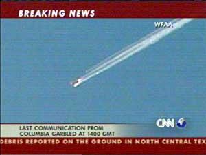 """CNN sendte bilder som tydelig viser at romfergen """"Columbia"""" deler seg opp i flere deler. (Foto:CNN)"""