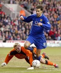 Ruud van Nistelrooy passerer Southampton-keeper Antti Niemi. (Foto: Ian Hodgson/reuters)