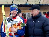Lars Berger hilser på kong Harald etter seiersløpet (Foto: Gorm Kallestad/Scanpix)