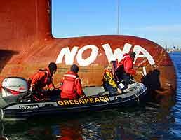 Greenpeace-aktivister på et forsyningsskip under aksjonen ved Southamtpon. Foto: David Sims, Greenpeace, Reuters