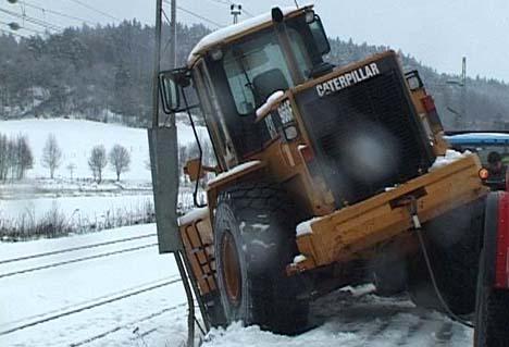 Den 24 tonns tunge hjullasteren stod i fare for å velte ned på jernbanelinjen.