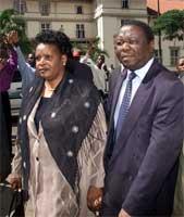 Opposisjonslederen Morgan Tsvangirai kom til rettslokalet sammen med sin kone (REUTERS/Howard Burditt )