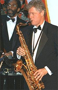 Bill Clinton er ikke ukjent med instrumenter men skal la være å spille med Stones. Foto: clinton1.nara.gov.