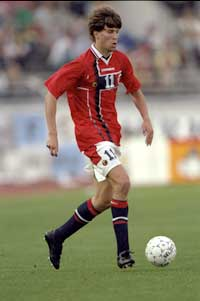 Petter Rudi scoret et drømmemål i bortekampen mot Finland i 1997. (Foto: Clive Brunskill/allsport)