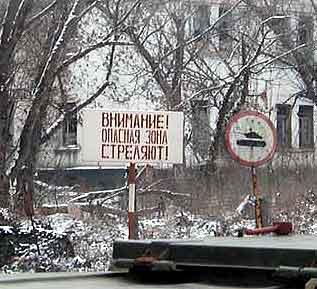Skilt til skrekk og advarsel foran politigården i Groznyj.