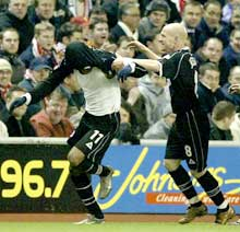 Julian Gray og Andrew Johnson feirer kampens første mål. (Foto: Ian Hodgson/reuters)