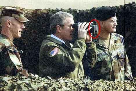 """George W. Bush vil framstå som en """"War President"""", den suverene feltherre i krig. (Scanpix-foto)"""