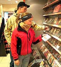 Øyvind Forbregd (15) og Katrine Liabø (16) stikker ofte innom for å sjekke siste nytt. Foto: Arne K. Gansmo, NRK.