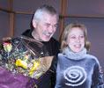 Bli med og kåre vinneren: Her får Lars Amund Vaage romanprisen for 2002 av kultursjef Turid Birkeland