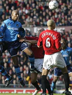 Anelka i kamp med Ferdinand.