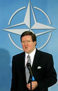 NATOs generalsekretær George Robertson håper på kompromissløsning. (Arkivfoto: Reuters/Scanpix)