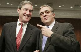 CIA-sjef George Tenet (t.h. og FBI-sjef Robert Müller poserer for fotografen i Senatet i dag. (Foto: Jason Reed, Reuters)