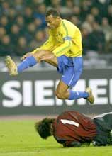 Brasils kaptein Cafu hopper over Kinas keeper Liu Yunfei. (Foto: Bobby Yip/reuters)