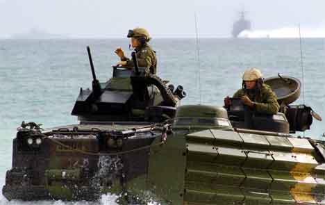 Soldater fra US Marines på vei inn til en strand i Kuwait 12.februar. (Foto: Reuters/Chennely)
