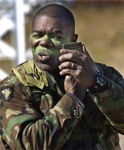Sersjant Calvin Coates fra Illinois viser sine medsoldater hvordan kamuflasjen skal legges ved Fort Campbell i Kentucky 12. februar. (Foto: Reuters/John Sommers)