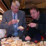 Osteekspert Arnold Myhre og osteentusiast Erik Rasmussen i sitt ess - på oppdagelsesferd i ostedisken.