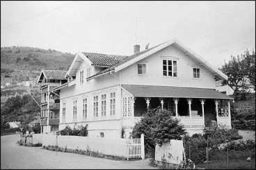 I dette huset heldt vegsjefane Borch, Knudsen og Torp til før det vart nytta for vegadministrasjonen fram til 1939. Det vart kalla både Borch-huset og Torp-huset. Huset brann i 1979. Foto © Fylkesarkivet.