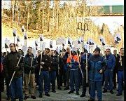 De ansatte ved Follum protestere mot oppsigelsene.