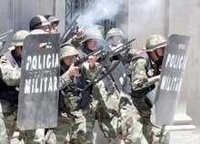 Politi og militæret brukte gummikuler og tåregass under onsdagens demonstrasjoner. (Foto: David Mercado/reuters)