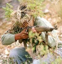 Et medlem av EDN-geriljaen som Quechua-indianerne har dannet trener med en gammel Mauser-rifle. (Foto: Reuters)