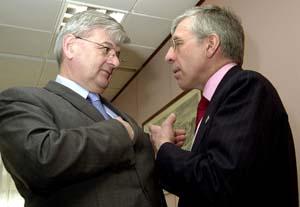 Den tyske utenriksminister Joschka Fischer (t.v.) og hans britiske kollega Jack Straw var på talefot da møtet startet i Brussel. (Foto: Reuters)